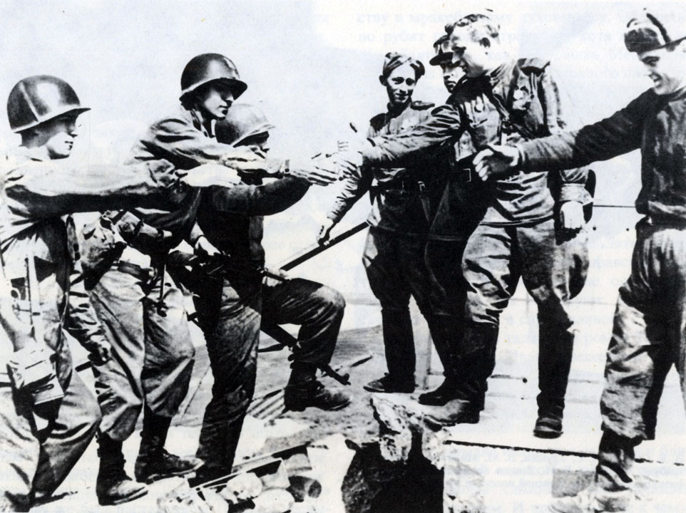 Встреча на реке Эльбе советских и американских солдат